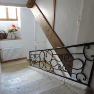 Montée d'escaliers vers les chambres d'hôtes